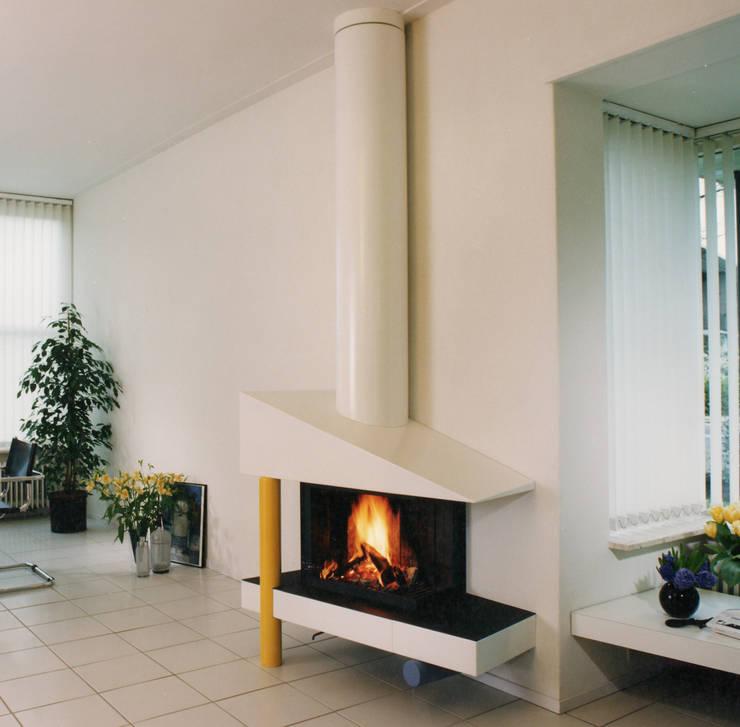cheminée murale moderne: Salon de style de style Moderne par Bloch Design
