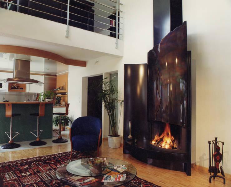 cheminée contemporaine: Salon de style de style Moderne par Bloch Design
