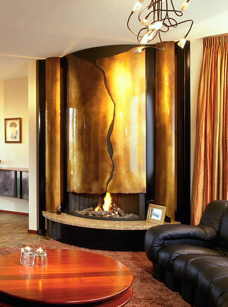cheminée murale en metal: Salon de style de style Moderne par Bloch Design