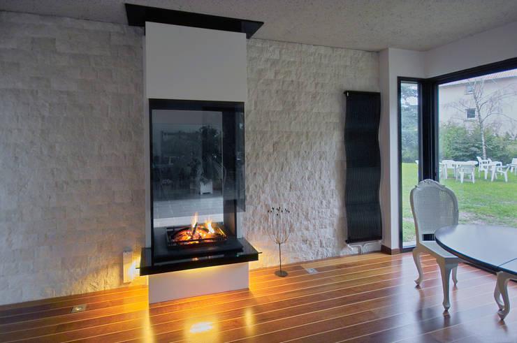 cheminée double face: Salon de style de style Moderne par Bloch Design