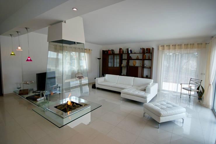 cheminée pyramidale en verre: Salon de style  par Bloch Design
