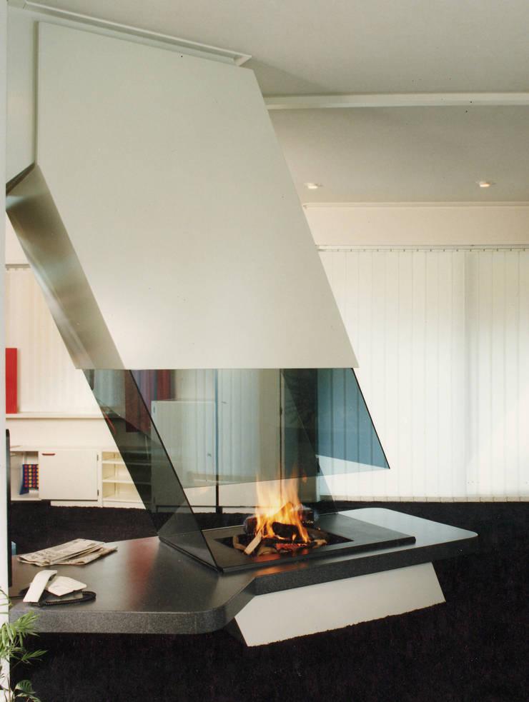 cheminée contemporaine: Salon de style  par Bloch Design