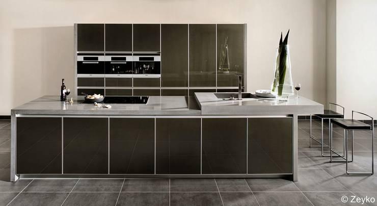 Moderne Küche mit schwarzen Glasfronten:  Küche von Lignum Möbelmanufaktur GmbH