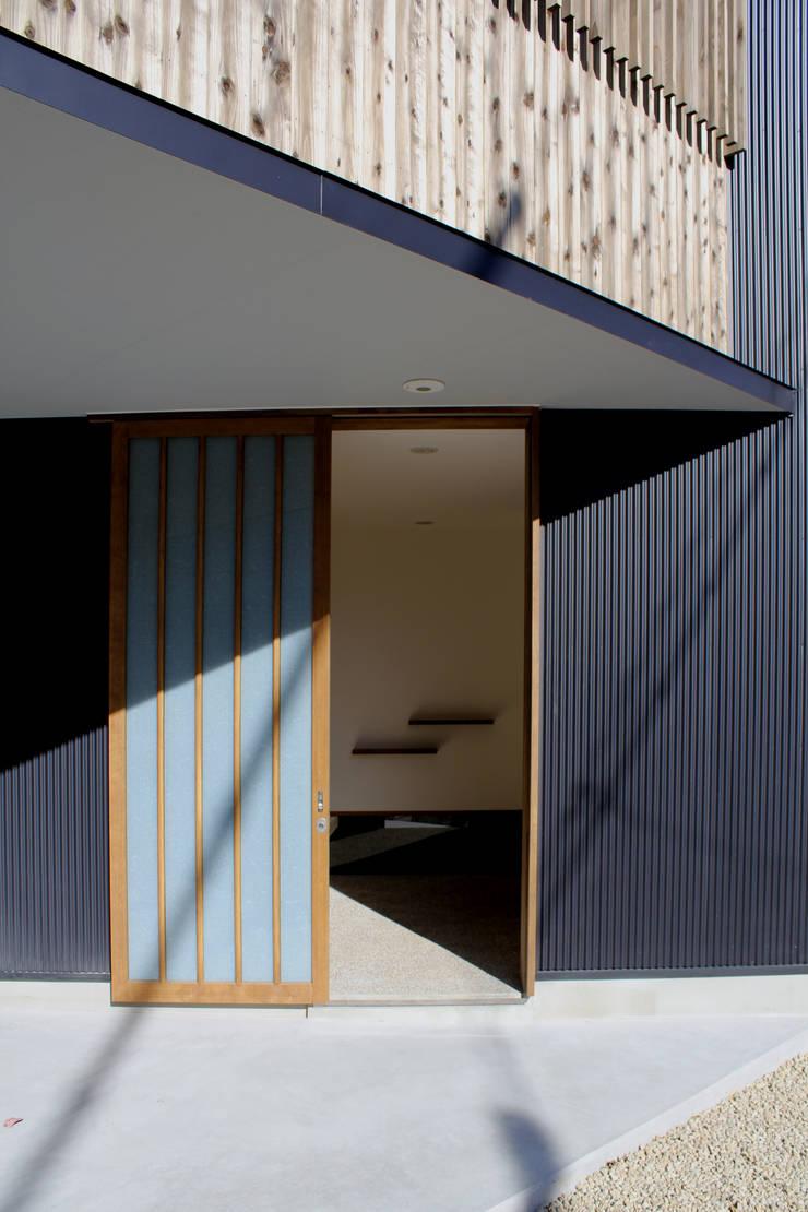 玄関: 秀田建築設計事務所が手掛けた家です。