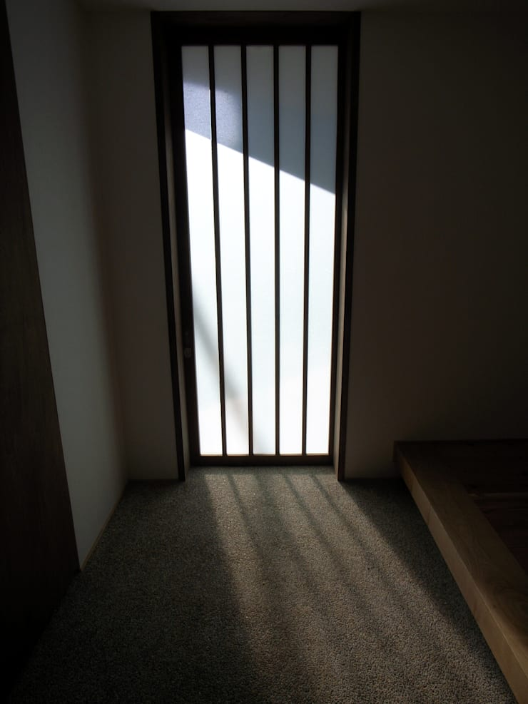 玄関土間: 秀田建築設計事務所が手掛けた窓です。