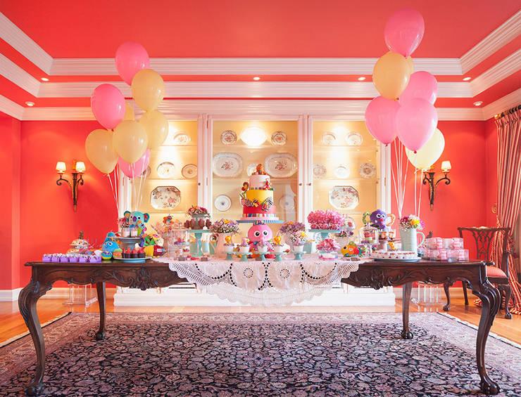 A linda e divertida mesa do bolo e doces do 1º aniversário da Maria Francisca.: Sala de jantar  por Lima Limão-  Festas com charme