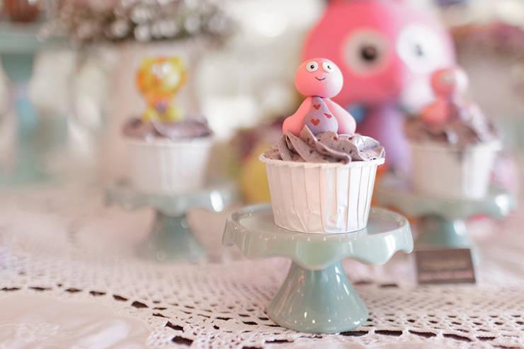 Os divertidos e saborosos cupcakes.: Sala de jantar  por Lima Limão-  Festas com charme