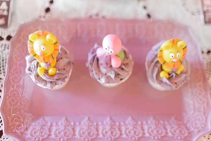 Lindos e deliciosos cupcakes.: Sala de jantar  por Lima Limão-  Festas com charme