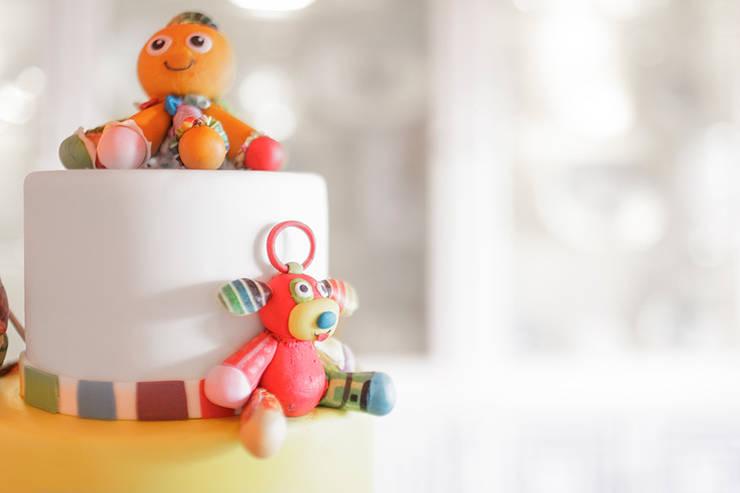 Detalhe do topo do bolo de aniversário.: Sala de jantar  por Lima Limão-  Festas com charme