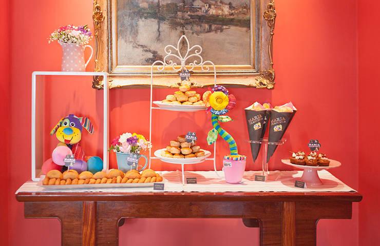 Mesa de salgados, divertida e saborosa.: Sala de jantar  por Lima Limão-  Festas com charme
