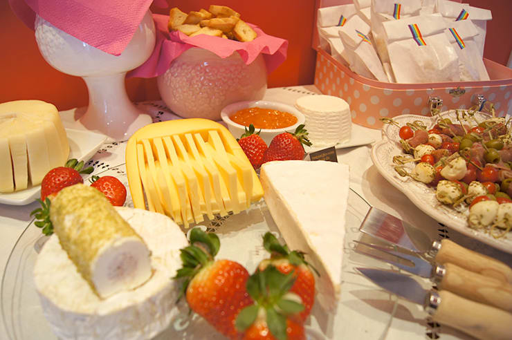 Charmosa e apetitosa tábua de queijos.: Sala de jantar  por Lima Limão-  Festas com charme