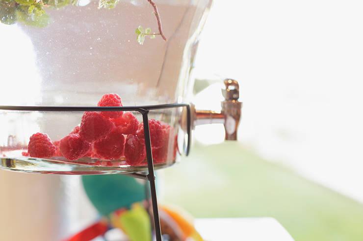 Detalhe do dispenser com água aromatizada.: Sala de jantar  por Lima Limão-  Festas com charme