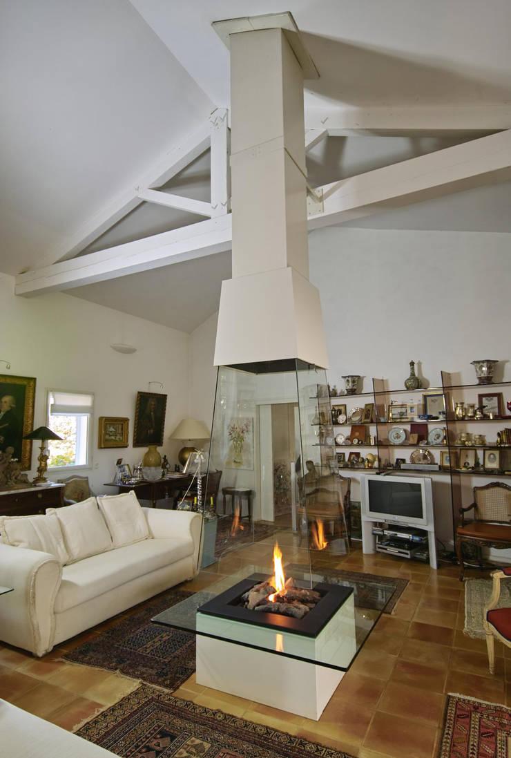 cheminée pyramidale en verre: Salon de style de style Moderne par Bloch Design