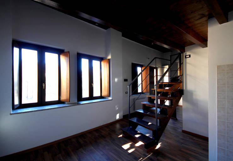 Dalla cucina verso il soggiorno: Ingresso, Corridoio & Scale in stile  di Marco Barbero