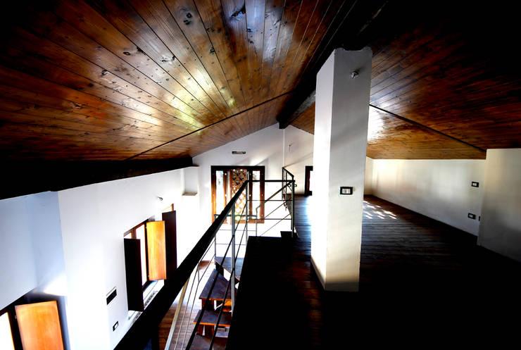 Zona notte - soppalco, vista sul soggiorno: Soggiorno in stile  di Marco Barbero
