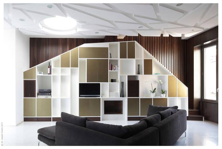 Salas de estilo ecléctico por Garbadellarchitetti