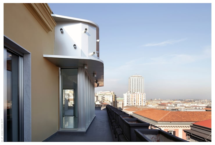 Penthouse bioclimatica  a forma di cappello. : Terrazza in stile  di Garbadellarchitetti
