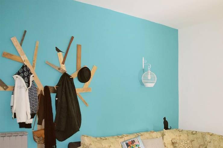 CreativeGLAM :: l'appartamento di Martina e Valerio: Soggiorno in stile  di Spazio 14 10 di Stella Passerini