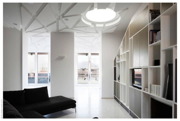 Penthouse bioclimatica  a forma di cappello. : Soggiorno in stile  di Garbadellarchitetti