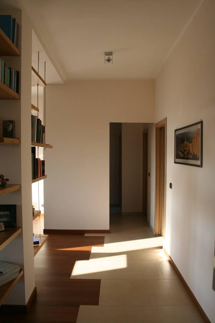 E+P HOME: Ingresso & Corridoio in stile  di enrico massaro architetto