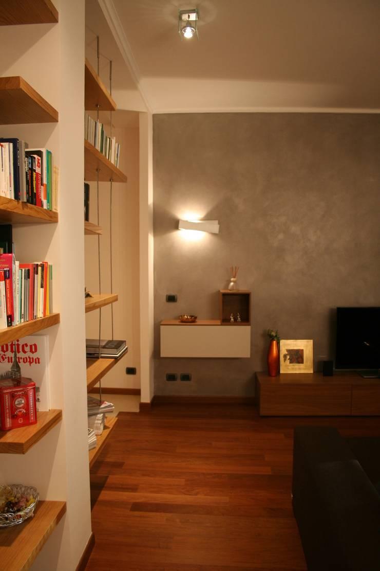 E+P HOME: Soggiorno in stile  di enrico massaro architetto