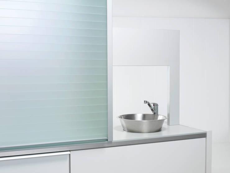 Мебельные роллеты из закаленного стекла серия Rauvolet Vetro-line (полупрозрачный): Кухня в . Автор – Rauvolet
