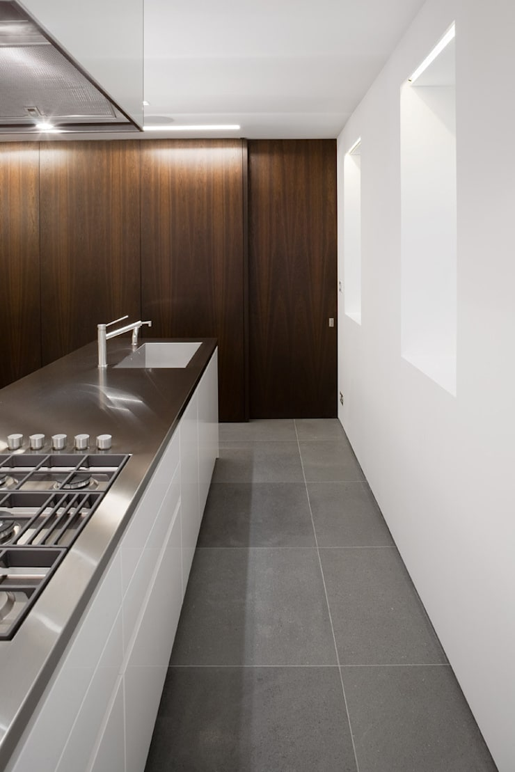 Hyde Park Mews:  Kitchen by Gregory Phillips Architects