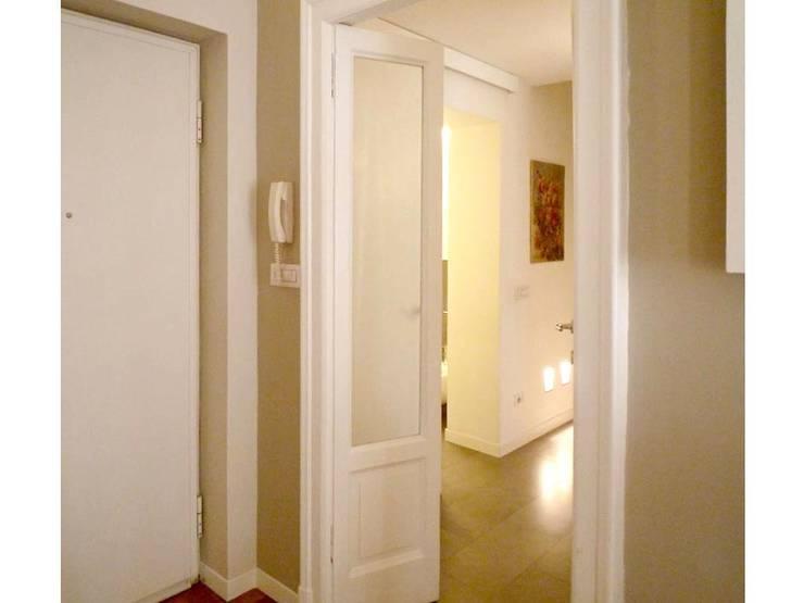 vista ingresso: Soggiorno in stile  di Giussani Patrizia