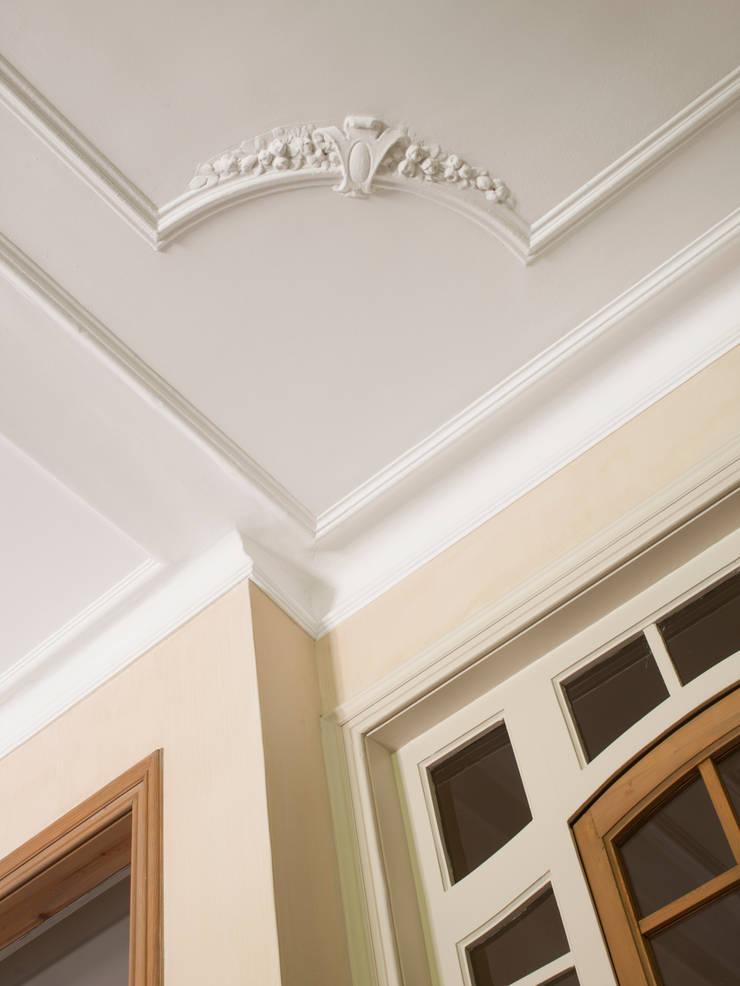 VIVIENDA TIBIDABO: Balcones y terrazas de estilo  de Meritxell Ribé - The Room Studio