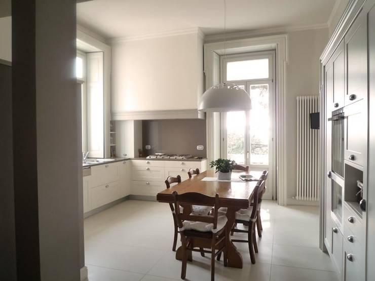 La storia in cucina: Cucina in stile in stile Classico di Giussani Patrizia