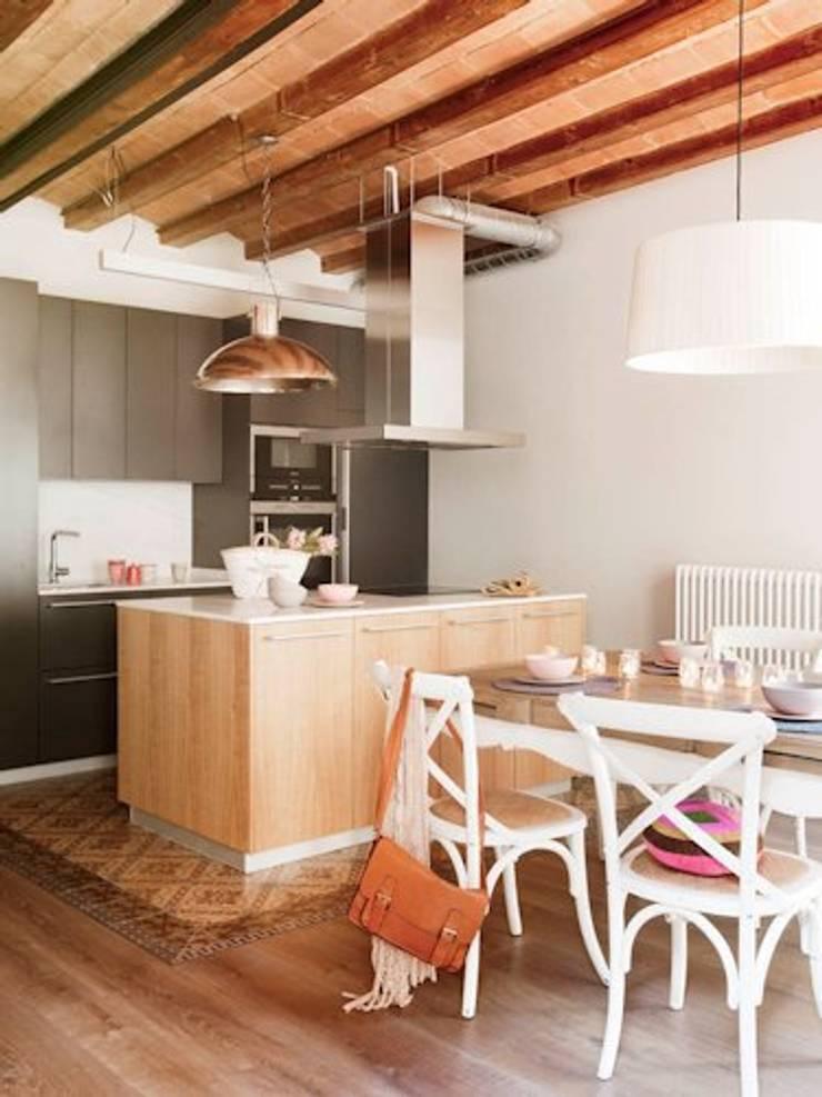 VIVIENDA EL GÒTIC: Cocinas de estilo rústico de Meritxell Ribé - The Room Studio