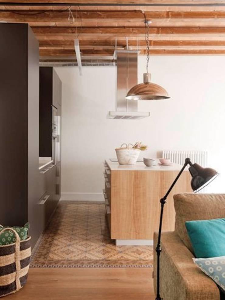 VIVIENDA EL GÒTIC: Cocinas de estilo  de The Room Studio