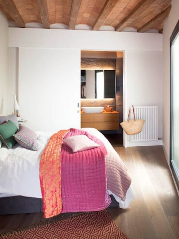 VIVIENDA EL GÒTIC: Dormitorios de estilo rústico de Meritxell Ribé - The Room Studio
