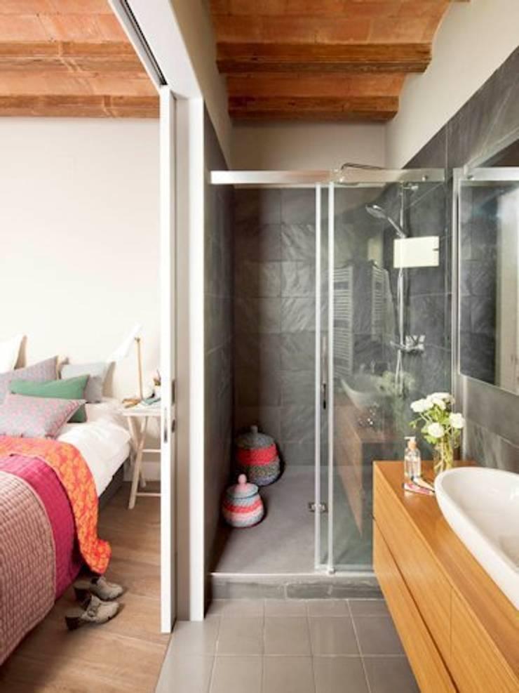 VIVIENDA EL GÒTIC: Baños de estilo rústico de Meritxell Ribé - The Room Studio