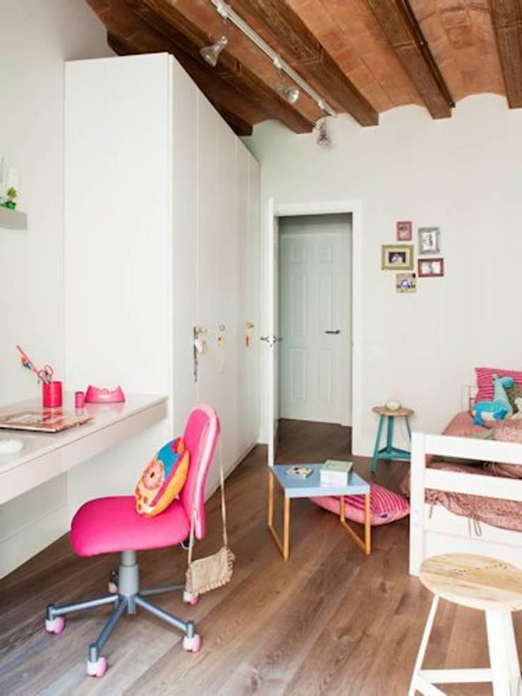 VIVIENDA EL GÒTIC: Dormitorios infantiles de estilo rústico de Meritxell Ribé - The Room Studio