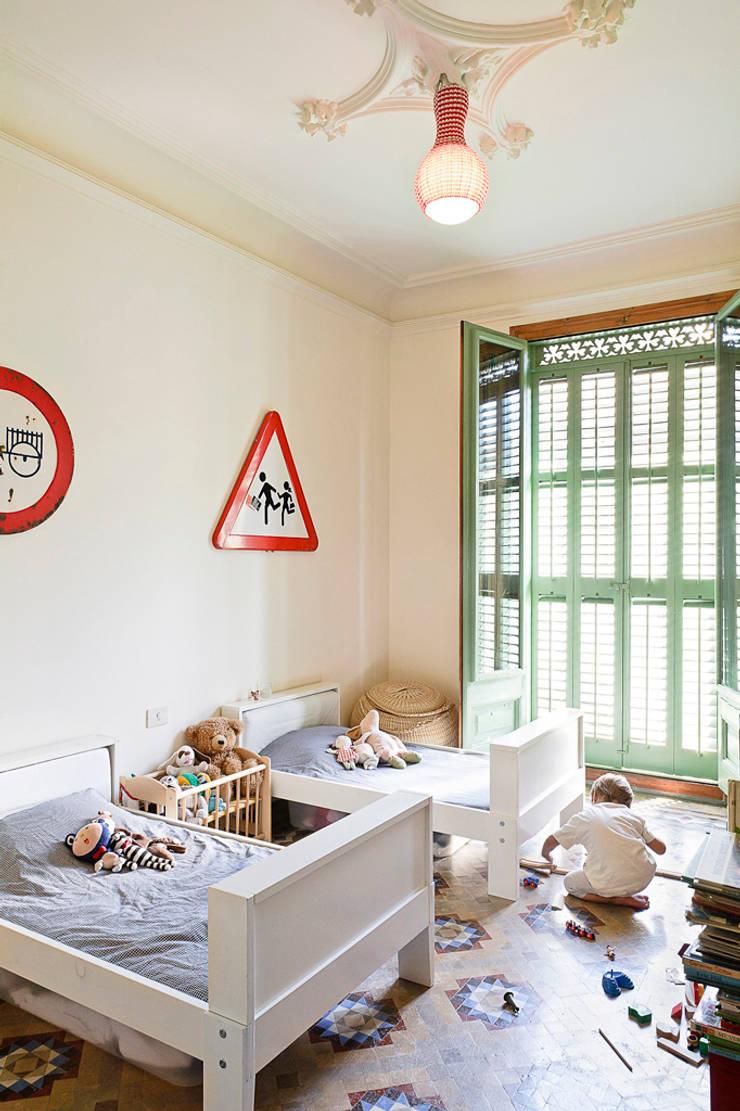 Dormitorio niños Reforma Consell de Cent: Dormitorios infantiles de estilo  de Anna & Eugeni Bach