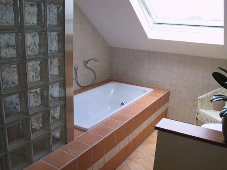 Badewanne:  Badezimmer von B a r b a r a V o l m e r Interieur Design,Mediterran
