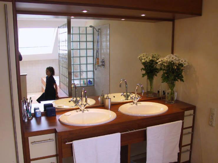 Doppelwaschbecken:  Badezimmer von B a r b a r a V o l m e r Interieur Design,Mediterran