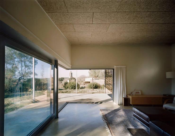 Interior Casa en Gaüses Puertas y ventanas de estilo mediterráneo de Anna & Eugeni Bach Mediterráneo