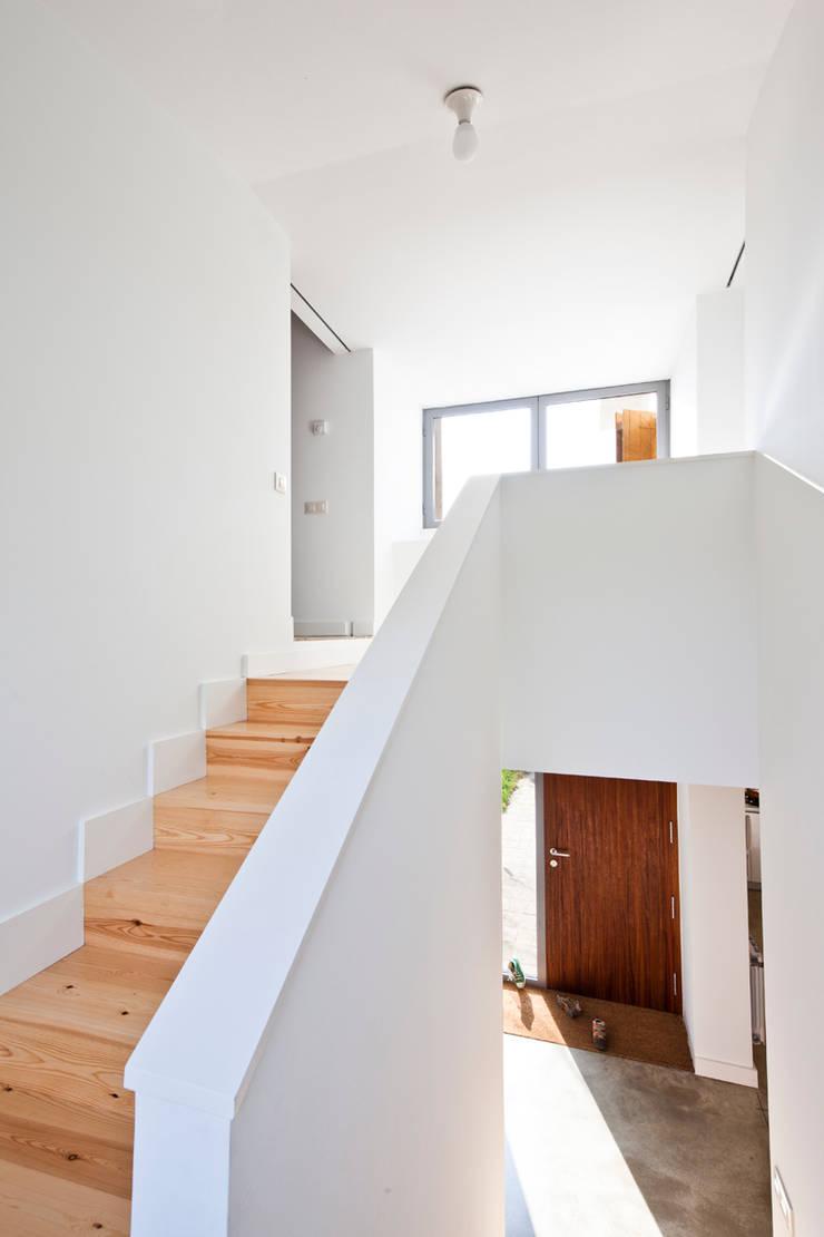 Escalera en Casa Anoro: Pasillos y vestíbulos de estilo  de Anna & Eugeni Bach