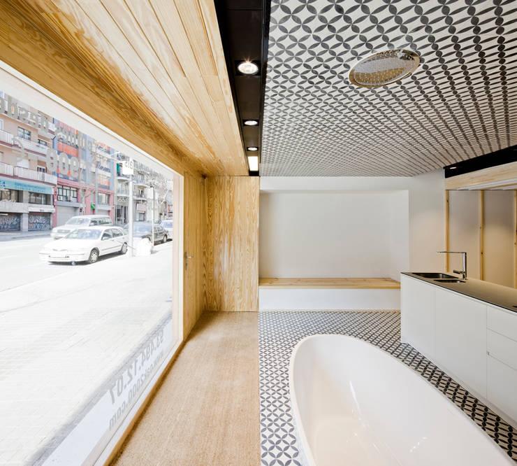 Entrada Oak Showroom: Oficinas y Tiendas de estilo  de Anna & Eugeni Bach