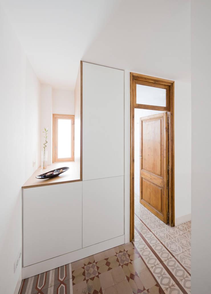 Entrada Reforma Urgell: Pasillos y vestíbulos de estilo  de Anna & Eugeni Bach
