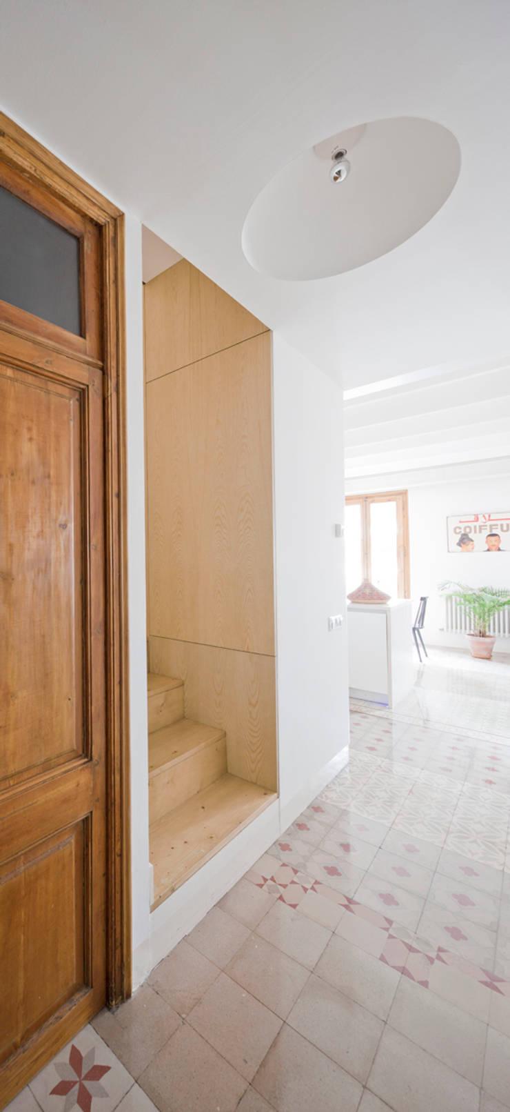 Planta baja Reforma Urgell: Pasillos y vestíbulos de estilo  de Anna & Eugeni Bach