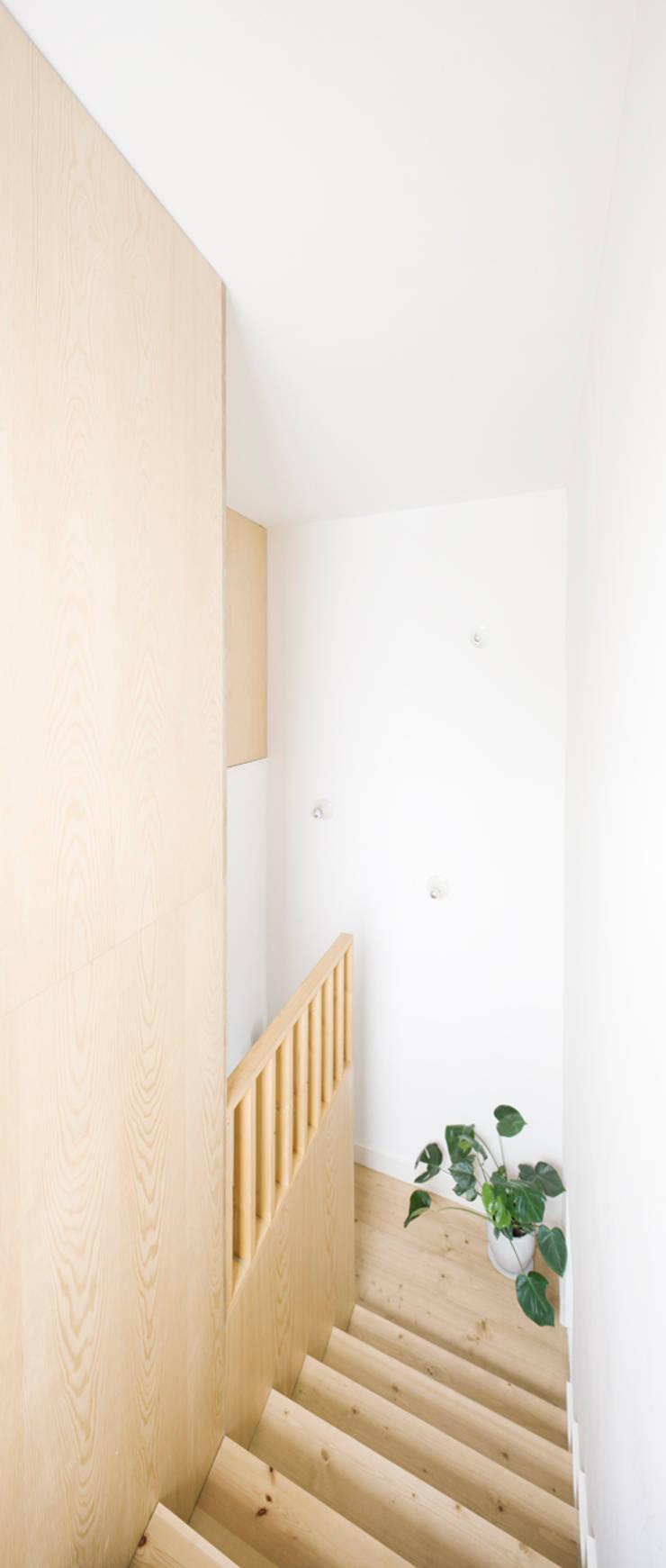 Escalera Reforma Urgell: Pasillos y vestíbulos de estilo  de Anna & Eugeni Bach