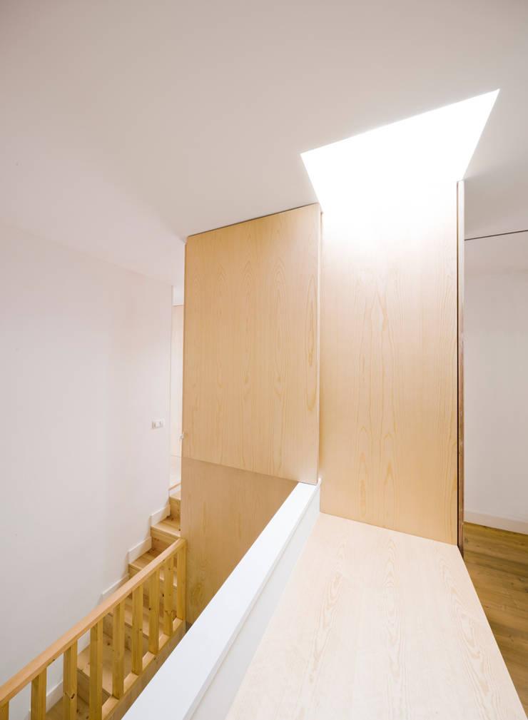 Vista desde el estudio Reforma Urgell: Pasillos y vestíbulos de estilo  de Anna & Eugeni Bach