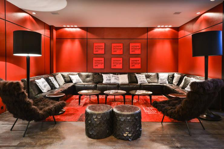 CASA COR 2014: Salas de estar modernas por Bender Arquitetura