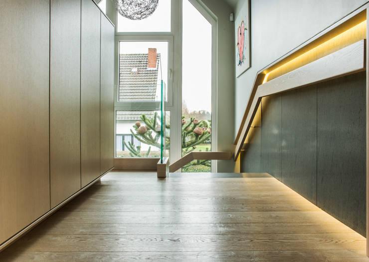 Vestíbulos, pasillos y escaleras de estilo  por Pientka - Faszination Naturstein