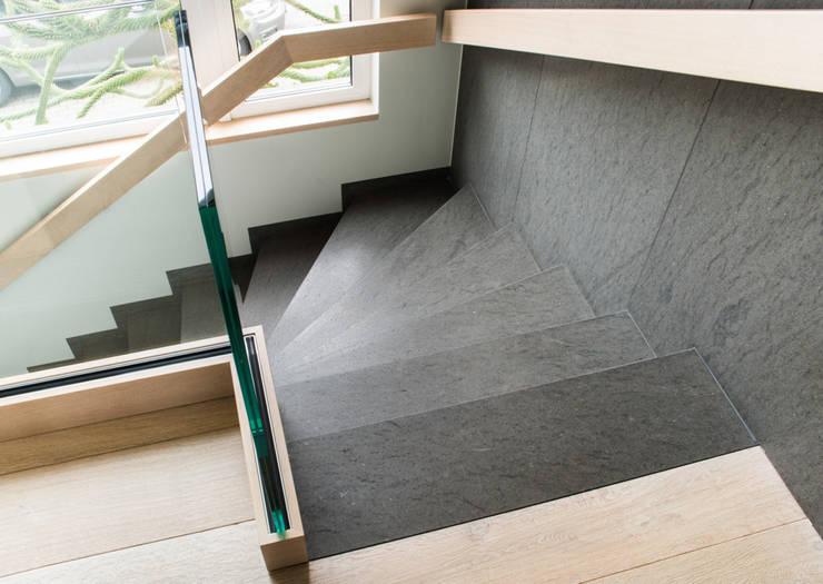 Pasillos y recibidores de estilo  por Pientka - Faszination Naturstein