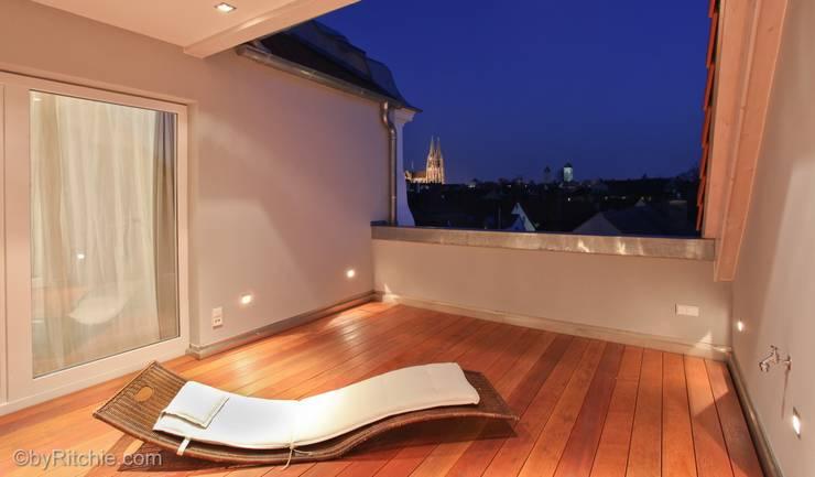 umbau und sanierung eines stadthauses in stadtamhof, regensburg:  Terrasse von Architekturbüro Ferdinand Weber