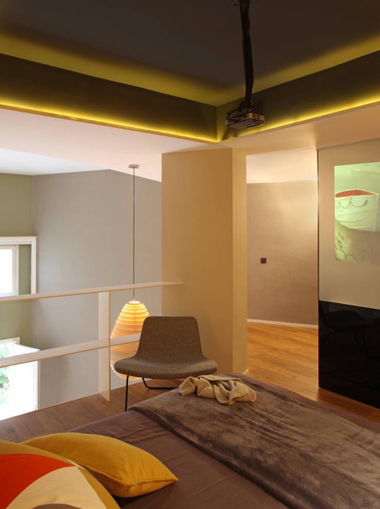 VIVIENDA LES CORTS: Dormitorios de estilo  de The Room Studio